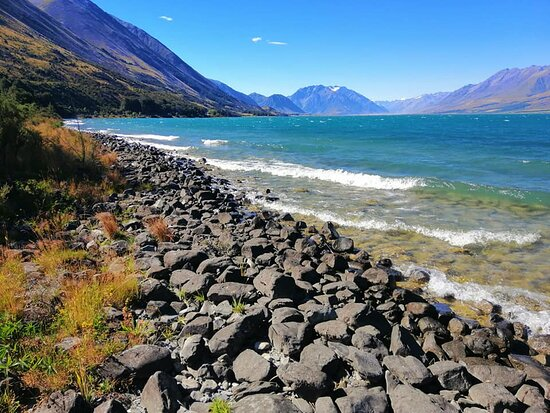Lake Ohau, New Zealand: Stunning beach area a 2 minute walk from the lodge which is sited higher on the hill for the views.