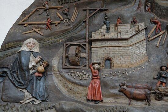 修道院を建てている最中のグルクのヘンマHemma von Gurk(サン辺境伯夫人Margravine an der Sann)を描いたレリーフ。