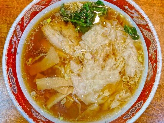ワンタン麺と餃子  箸で持ち上げることは至難 極薄の羽根は限りなく軽いのでカロリーゼロ #らーめん #ラーメン #ramen #乳首 #ビラビラ