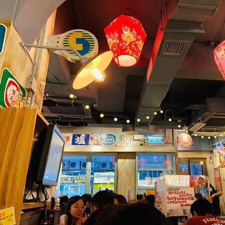 店內佈置台灣夜市小吃風