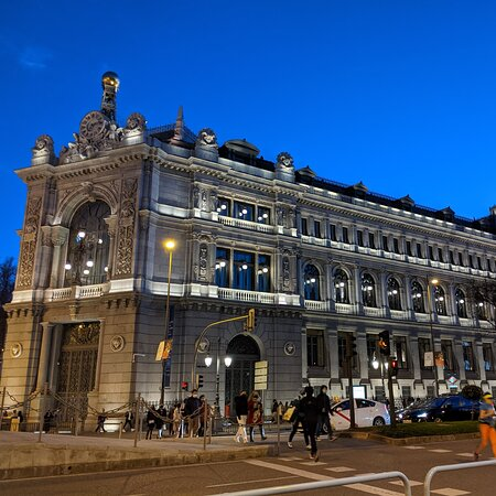 Madrid, Spanien: BANCO FE DE ESPAÑA. ILLUMINATED BY NIGHT LIKE A BOAT AS A SAILING FLAME IT IS A HUGE LIGHTHOUSE THAT GOT ME SPELLBOUND