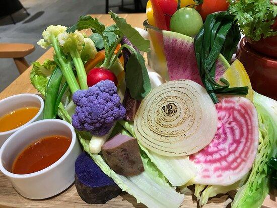 こちらが絶品のサラダ。色合いもきれいですよね 味も俊逸です。これで1600円。高いとは思いますが次も頼みたいと思います