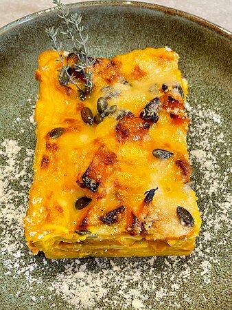Lasagna vegetariana di zucca mantovana e semi tostati.