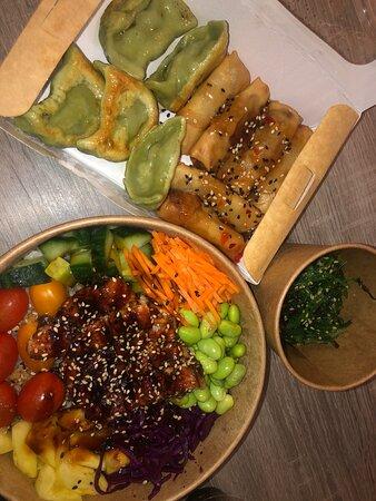 Pokebowl anguilles / gyozas légumes / nems légumes / salade d'algues