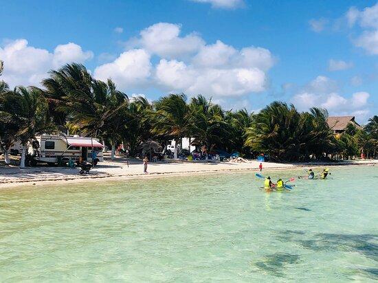Playa y kayaks