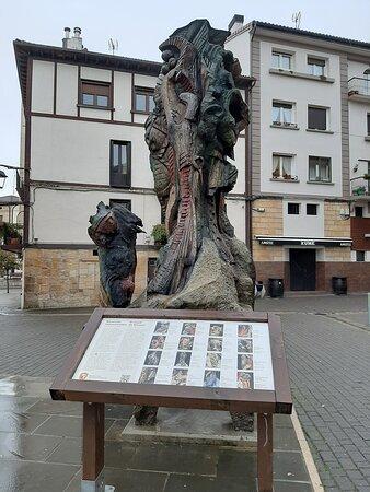 Altsasu-Alsasua, Espanha: Viejo nogal convertido en escultura.