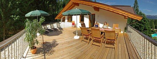 Oberndorf, Αυστρία: Dachterrasse von Penthouse Enzian und Edelweiß im Gartenhotel Rosenhof bei Kitzbühel