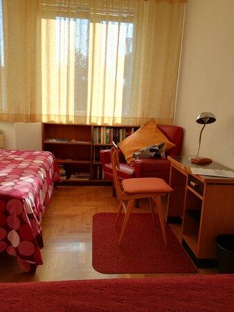 La camera tripla, arredata in stile svedese. A vostra disposizione un letto matrimoniale ed uno singolo. Inoltre un comodo guardaroba, una scrivania ed un piccolo frigo.