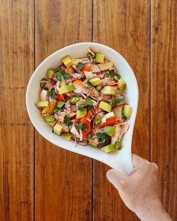 ¿Ya conoces nuestro lado ligero? Te presentamos la opción fresca y ligera de nuestro menú, la ensalada Surimni y Atún ¡Te esperamos pronto!