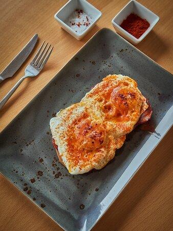 Tosta de huevo con chorizo ibérico y escama de pimentón dulce ahumado.