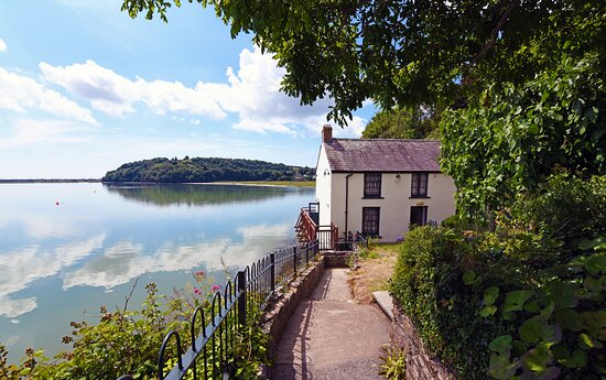 Dylan's Walk - This delightful walk through Dylan Thomas country takes in the views of the Taf Estuary , the coastal salt marshes, and across the rolling hills of Carmarthenshire.