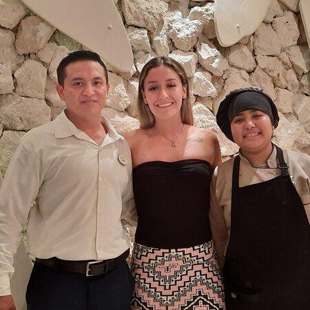 La chef Dana que nos preparó un delicioso aguachile junto con el gerente Ángel del restaurante el pescador gracias por sus finas atenciones