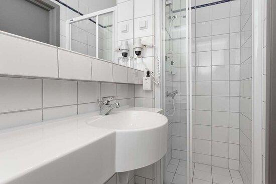 Scandic Sarpborg standard room bathroom