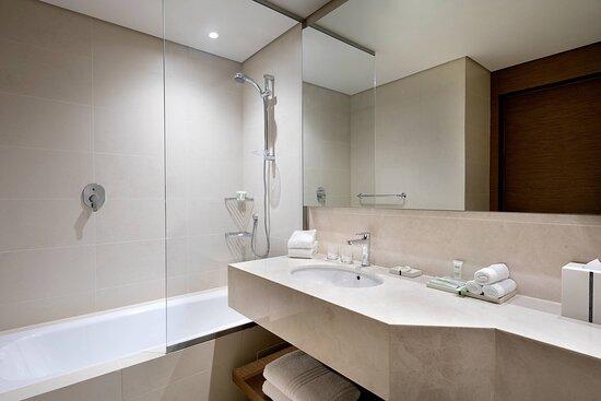Twin/Twin Deluxe Guest Room - Bathroom