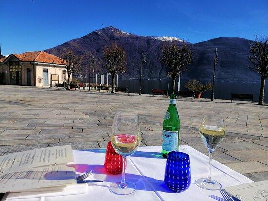Cannobio, Italy: Natürlich darf der Prosecco resp. Wein bei dieser Aussicht nicht fehlen.