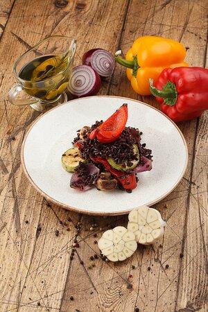 Черный рис с овощами