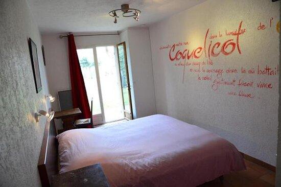 les chambres ont toutes des poésies sur les murs.