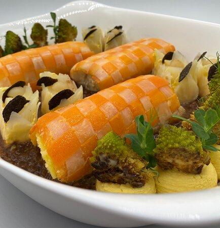 Paupiette de cabillaud skrei fumé, mousseline de chou-fleur a la mandarine confit, céleri confit, réduction de poulet truffé au porto.
