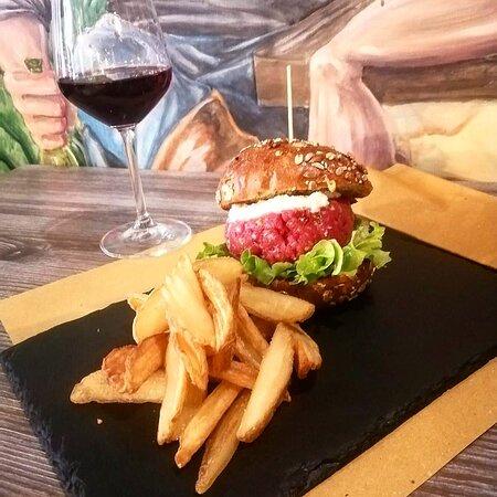 tart-er burger con pomodorini secchi, Crema di pecorino, Granella di pistacchi Bronte, Insalata gentile.  Servito con patate crispers.