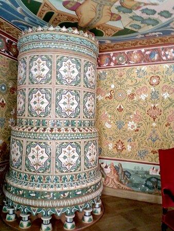 Печь в изразцах необыкновенной красоты. В каждой палате узор на плитке был разным.