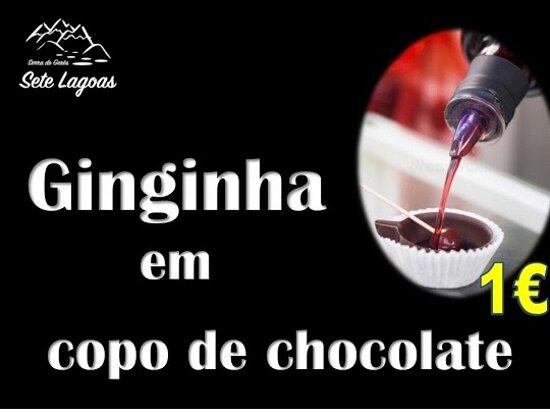Ginginha de Óbidos em copo de chocolate