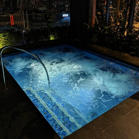 Jacuzzi, Sky Pool (The Clan Hotel Singapore).