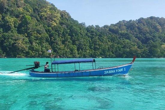 เมื่อเข้าใกล้เขตพื้นที่เกาะสุรินทร์จะต้องมีการเปลี่ยนเรือเป็นเรือเล็กแบบนี้ ตามมาตรการป้องกัน การทำลายปะการังน้ำตื้นบริเวณหมู่เกาะ ของ อุทยานแห่งชาติครับ
