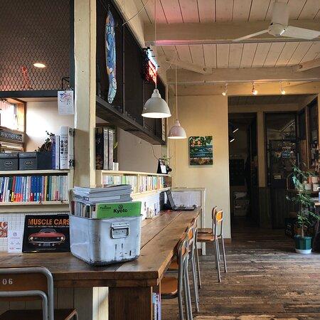 ハワイアンなカフェです。沢山の単行本と雑誌があります。写真を撮り忘れたのですが、ワッフルは外がカリカリ&中がモチフワッです。価格も良心的なので、日頃使える感じです。カフェの奥には雑貨屋さんが併設されています。