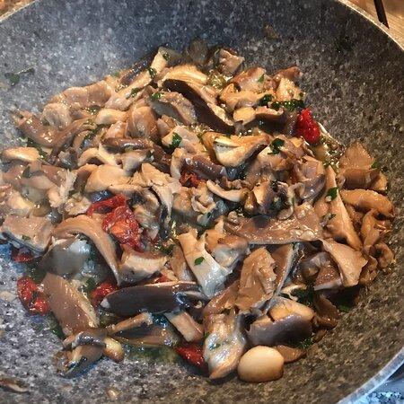"""Cagliari oggi domenica funghi di carne in sardo"""" cardulinu de pezza"""" rosolati con spruzzata finale di prezzemolo"""