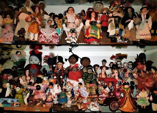 Фабриано, Италия: ora mi posso consolare con la mia affollatissima collezione di bambole in costume folkloristico