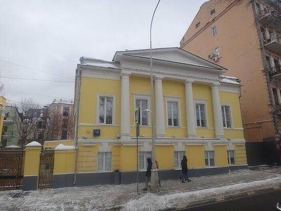 Правый дом, Городская усадьба начала XlX века, Рождественский бульвар, 13 стр.1 и 2