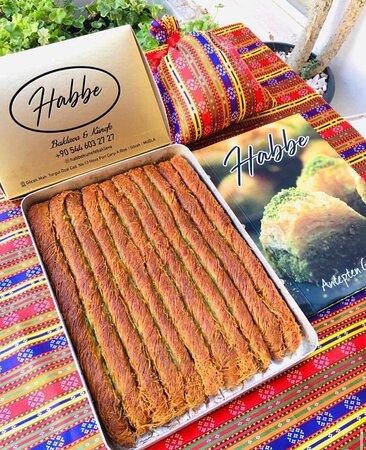 """""""Habbe Künefe baklava Gaziantep'ten gelen en sevimli en lezzeti tatlıları Göcek'te değerli müşterilerine servis ediyor """"Antep'ten gelen tatlar """" parolasıyla çıktığımız bu yolda müşteri memnuniyetine büyük önem veriyoruz. Baklavalarımızın ve künefelerimizin iddalarına güveniyor ve tasdikliyoruz. Herkesi bu lezzetleri tatmaya davet ediyoruz."""""""