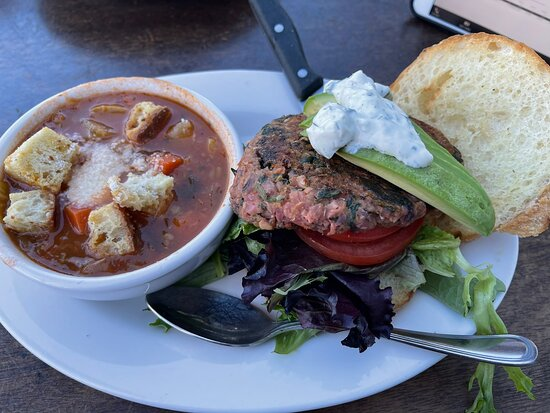 Lafayette, كاليفورنيا: Great food. Vegetarian burger with minestrone soup and chicken omelette. Great service!