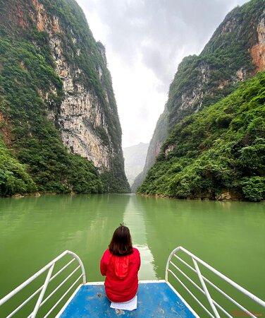Ha Giang, Vietnam: Đi thuyền, bè hoặc chèo kayak trên dòng Nho Quế cho du khách cảm nhận đặc biệt khi đi giữa con hẻm Tu Sản - với chiều cao vách đá lên tới 700 – 800m, chiều dài tới 1,7km, sâu 700 – 900m.