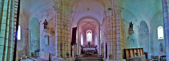 Vatan, France : Une église romane typique de la région, son chevet, le chœur et le transept ont été préservés. Au 19ème siècle, la façade Ouest sera reconstruite, enlevant un brin d'authenticité à l'édifice, mais l'essentiel a été sauvegardé. La meilleure vue sur l'édifice est à l'Est, faire le tour de l'église peut convaincre l'indécis d'y pénétrer.