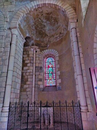 De l'abbaye, née à l'époque mérovingienne, qui grandie et devint une importante communauté religieuse, il ne reste que cette imposante église   du 11ème siècle, presque entièrement amputée de sa nef. Témoignage millénaire d' un lieu de grande importance qui connut un déclin à partir du 17ème siècle.