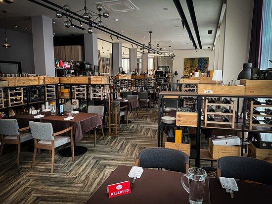 """У вас уже есть любимый столик в @roastbeef_cafe_astana? ⠀ Есть гости, которые любят каждый раз выбирать новое место, а кто-то выбрал """"своё"""" и не хочет другое☺️ ⠀ Но у нас везде уютно и хорошо🙌 ⠀ Здесь вас всегда встретят, как долгожданного гостя! Позаботятся о хорошем настроении, помогут с выбором блюд и напитков🥂 ⠀ Правда говорят, что в гостях хорошо, а в Roastbeef Cafe еще лучше😉 ⠀ 📱 +7 (775) 102 98 78 📍Кабанбай Батыра 11/4 БЦ «Buro house»"""