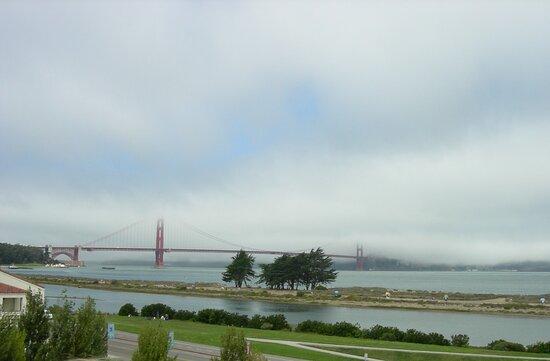 San Francisco: l'inconfondibile ponte simbolo Golden Gate con la immancabile nebbia.