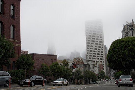 San Francisco: la nebbia nasconde lo skyline