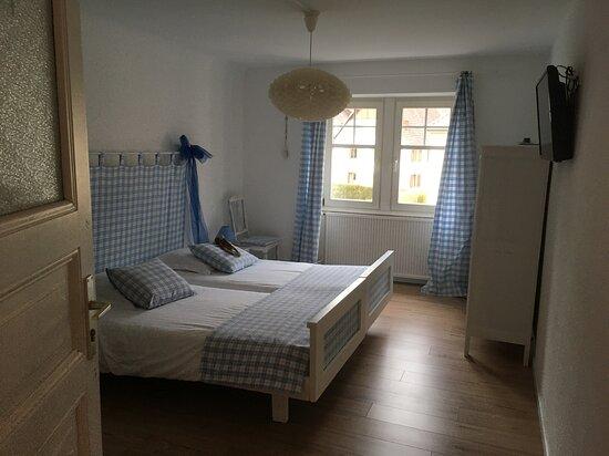 Muhlbach-sur-Munster, Frankreich: belle chambre pour 2 personnes, avec 1 bureau, 1 armoire et des chaises, très spacieuse. 1 tv aussi