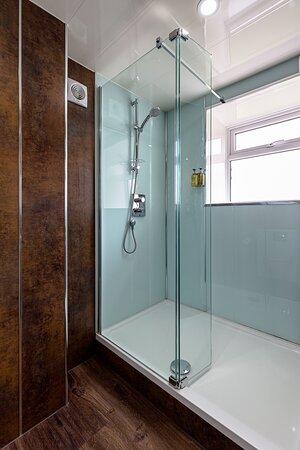 Room 1 en-suite shower