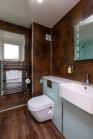 Superior double en-suite bathroom - room 1a