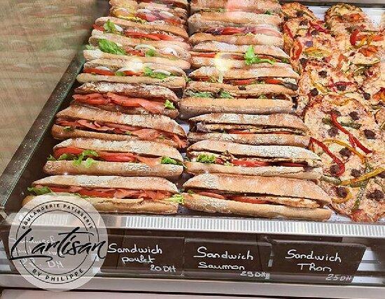 Large choix de salés pour les déjeuners rapides: Sandwichs variés, pizzas, quiches et d'autres spécialités saisonnières gourmandes accompagnées de nos jus maisons.