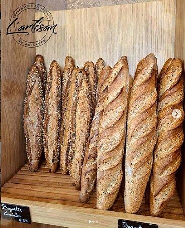 Une spécialité de la maison: La baguette française 🥖  Tous nos pains sont fabriqués de manière artisanale sur place. Nos farines ne contiennent aucun additif. Et surtout, nous fabriquons nos pains avec une fermentation très lente, ce qui donne un goût, un aspect et une conservation de qualité.