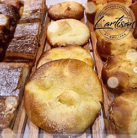 Nouveautés au Maroc : La galette Bressane ! 🇫🇷🇲🇦  Spécialité de la cuisine de campagne de Bresse en Auvergne-Rhône-Alpes (Sud Est de la France).  Il s'agit d'une pâte onctueuse nappée de crème légère et de sucre, qui se couvre après cuisson d'une croûte caramélisée exquise.