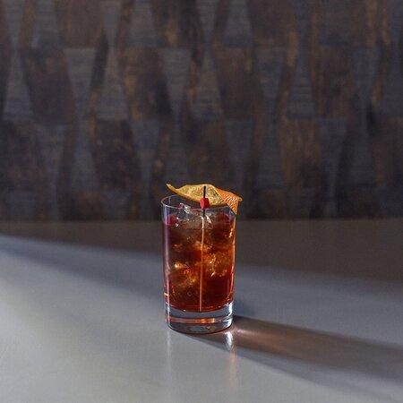 Gin, Campari, vermouth rosso, bitter all'arancia, liquore al rabarbaro.