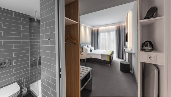 Spacious, comfortable standard room in Munich with tiled bathroom.
