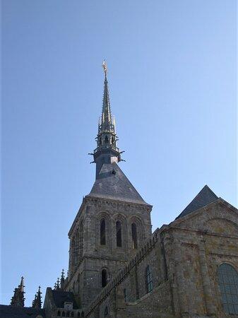 Mont-Saint-Michel, Pháp: Souvenirs de mes Balades --- France -- Normandie -- Toujours un spectacle magnifique que de redécouvrir le Mont St Michel - Ses ruelles - Son Cloître - L'abbaye surmonté par la flèche de l'Archange culmine à 157m du niveau de la mer -- 21.02.25