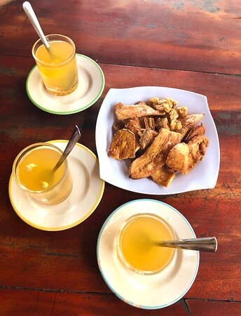 Ochutnávka produktů na místní farmě - medový nápoj a sušené banány