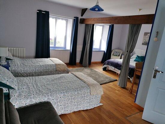 chambre familiale, 4 personnes avec sont salle de bain privé.